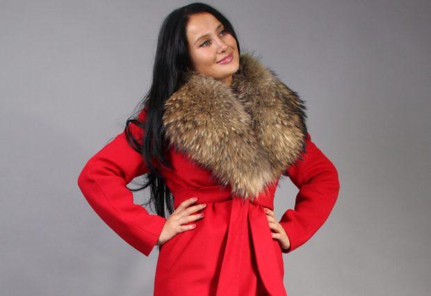 модные тенденции весна 2019 пальто: красное под пояс воротник меховой