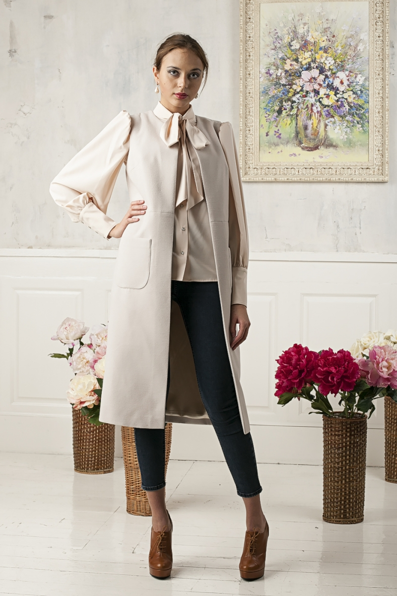 модные тенденции весна 2019 пальто: без рукава бежевое по колено