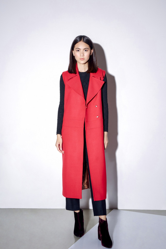 фасоны пальто весна 2019: красное без рукава миди