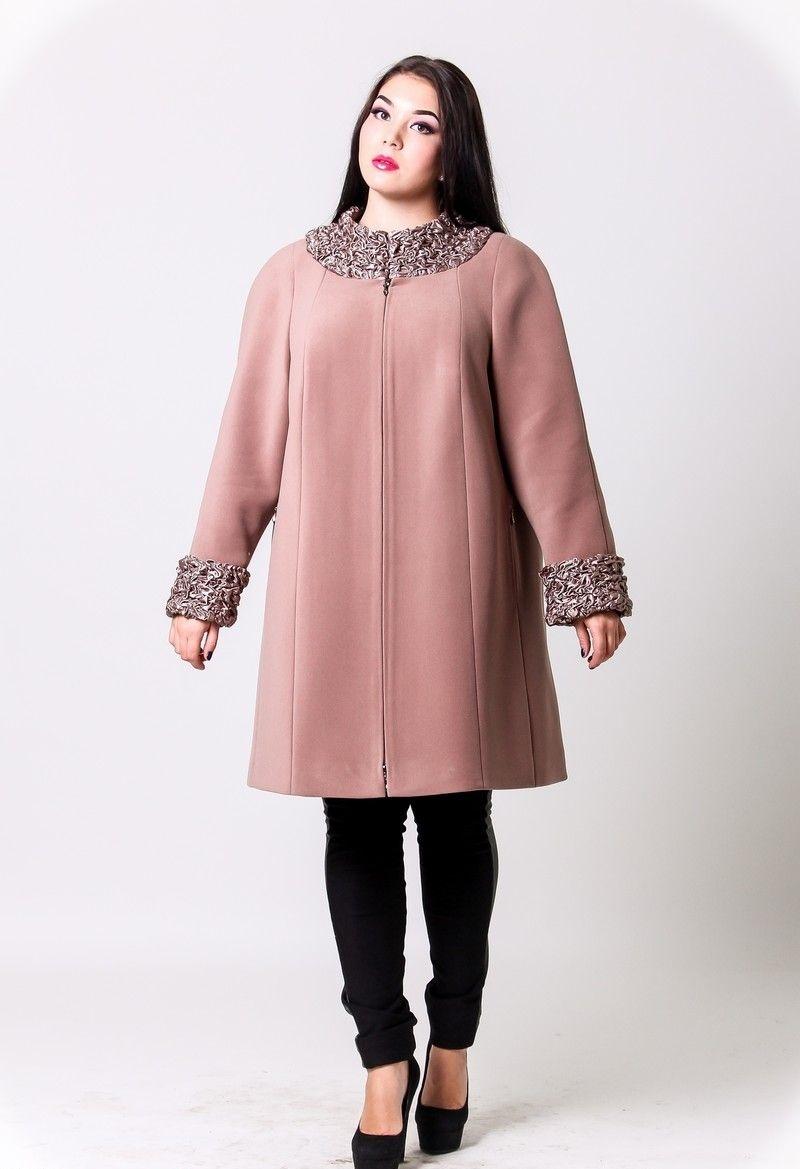 пальто для полных весна 2019: розовое с украшением на воротнике и на рукавах