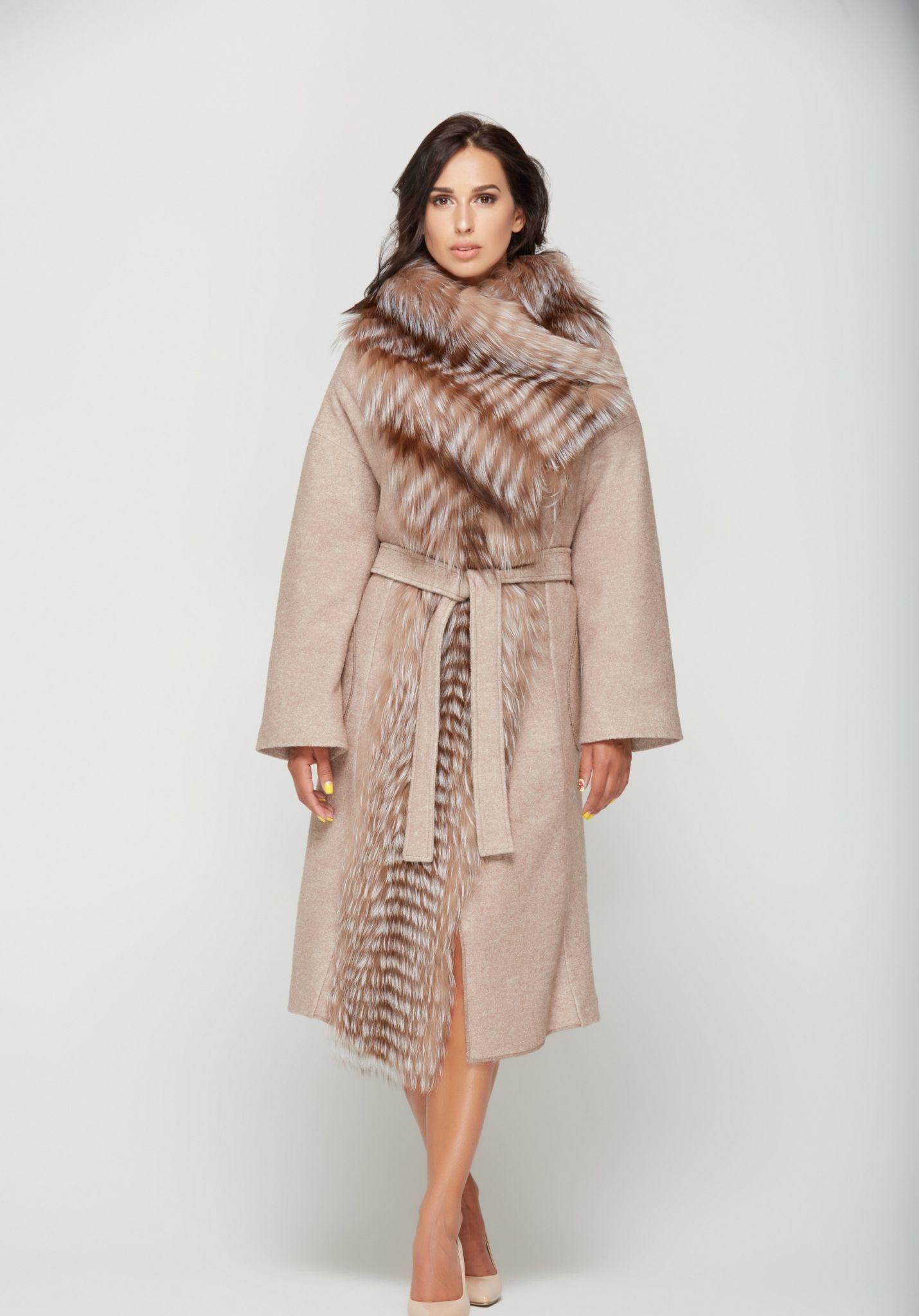 пальто весна 2019: бежевое с мехом под пояс