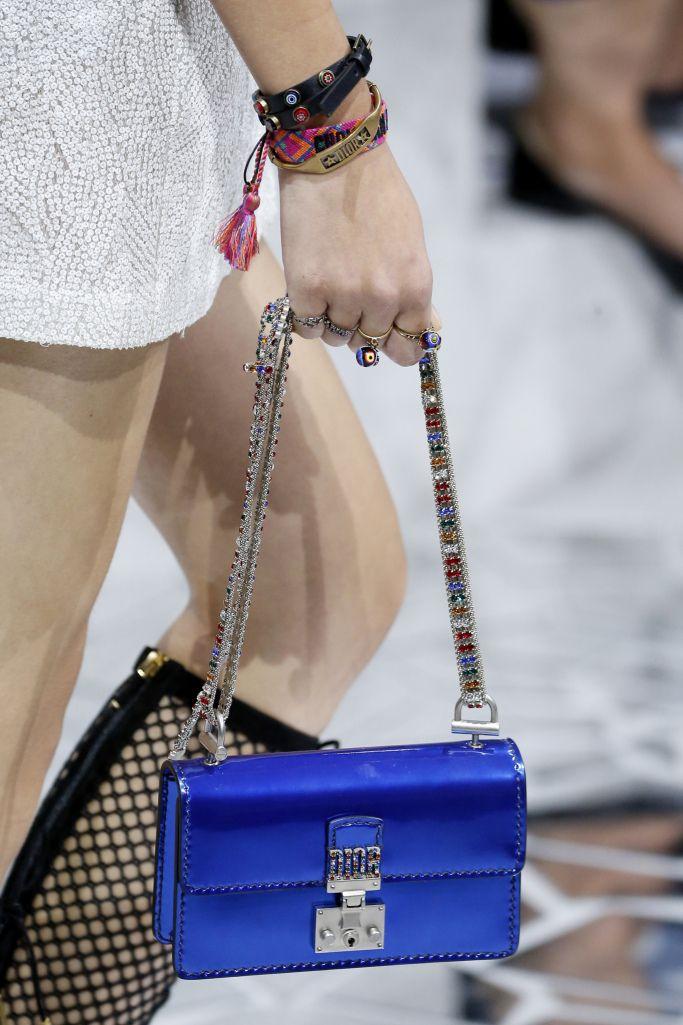 женские сумки 2018 года модные тенденции фото: маленькая синяя