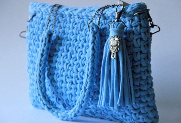 модные сумки лето 2019: синяя вязаная