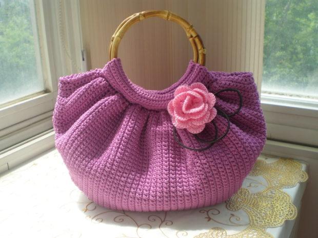 модные сумки лето 2019: розовая вязаная с круглыми ручками