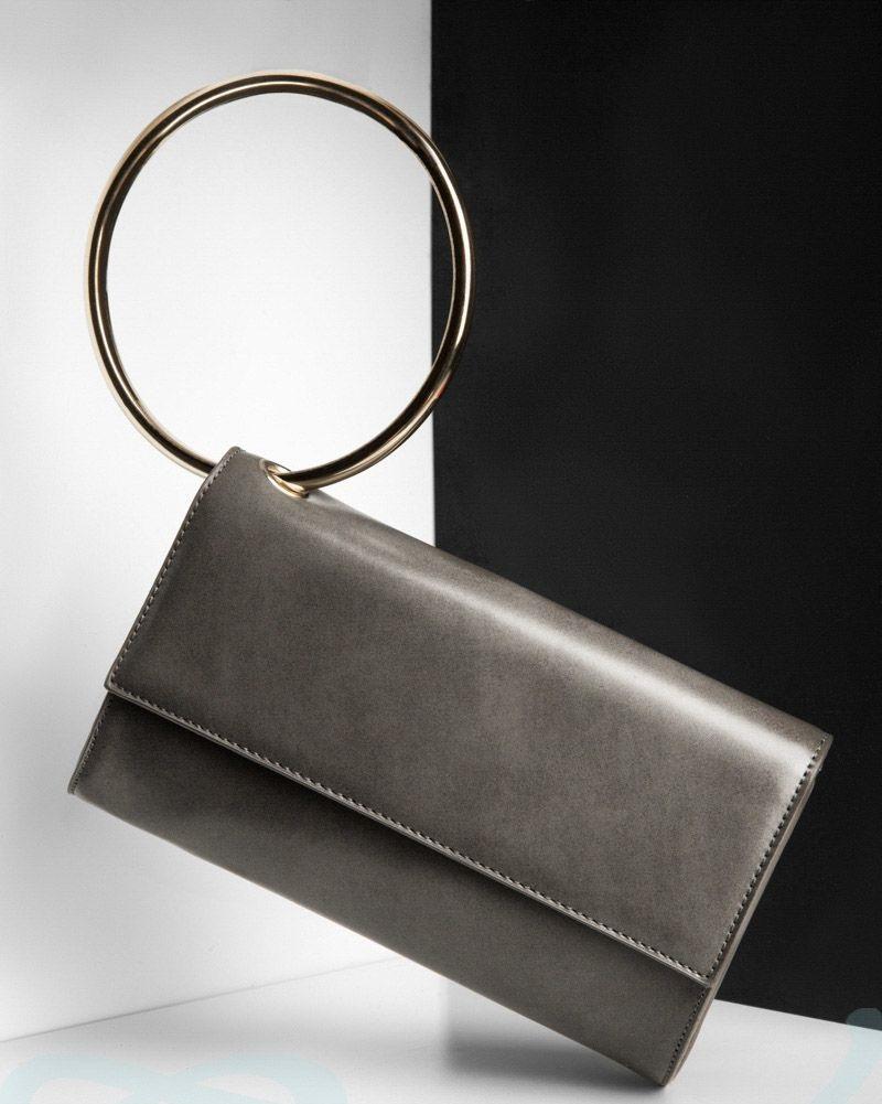 мода сумок лето 2019: клатч серый ручка металлическая кольцо
