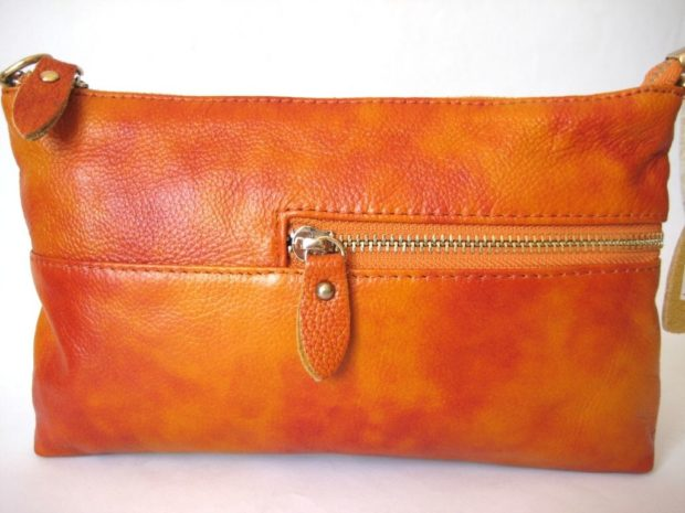 мода сумок лето 2019: клатч оранжевый кожаный