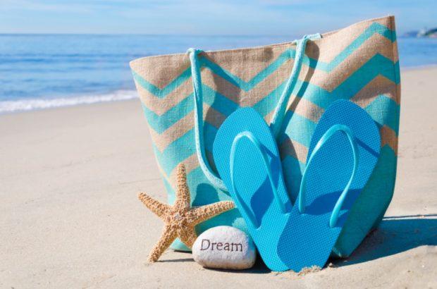 сумки 2018 года модные тенденции: пляжная голубая с коричневым