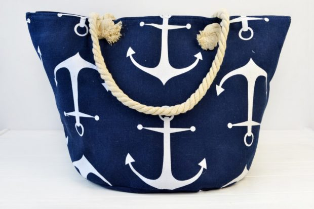 сумки 2018 года модные тенденции: пляжная синяя в якорь