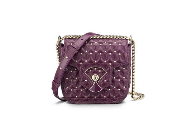 модные сумки весна лето 2019: маленькая фиолетовая на цепочке с бусинами