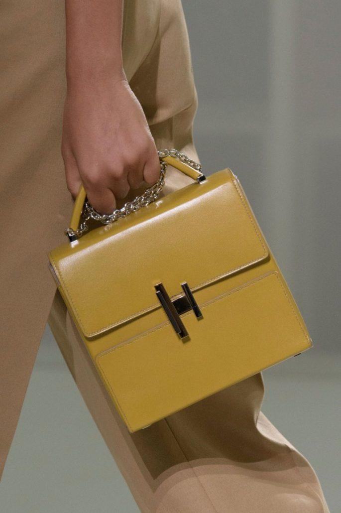 женские сумки 2018 года модные тенденции фото: женская квадратная желтая