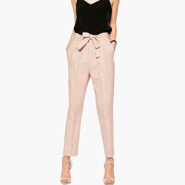 модные женские брюки весны лета 2019: прямые бежевые с бантом на поясе укороченные
