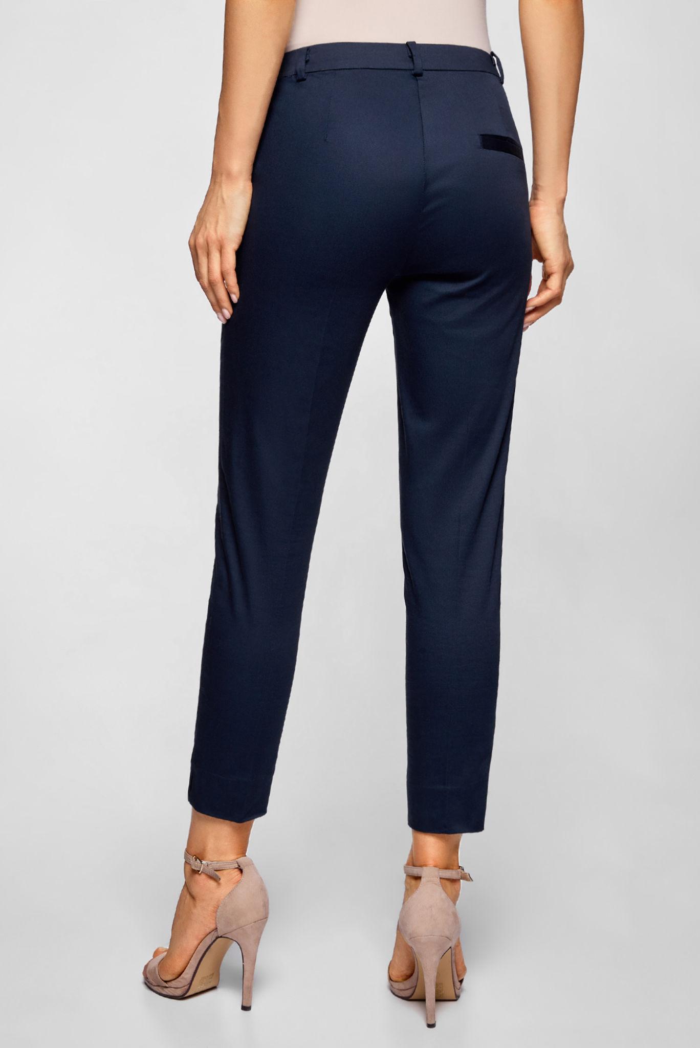 модные женские брюки весны лета 2019: зауженные синие короткие