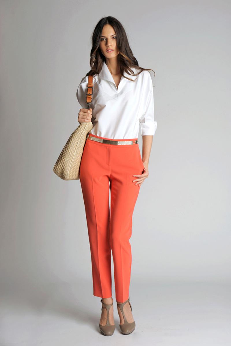 модные женские брюки весны лета 2019: чинос алые