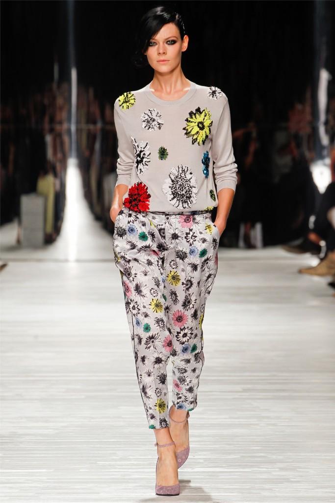 модные женские брюки весны лета 2019: чинос серые в цветы