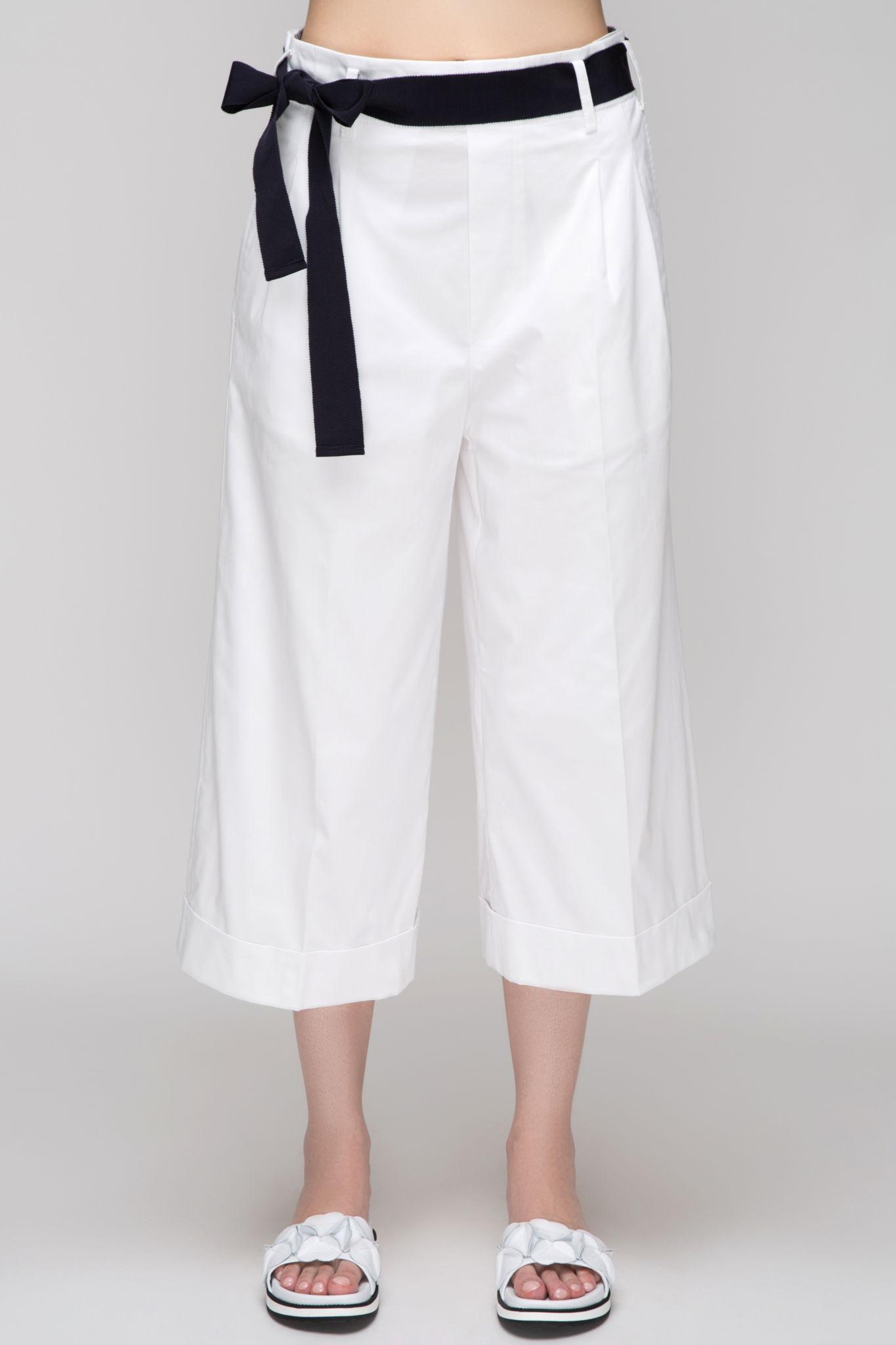 брюки весна лето 2019 года модные: бермуды белые с черным поясом