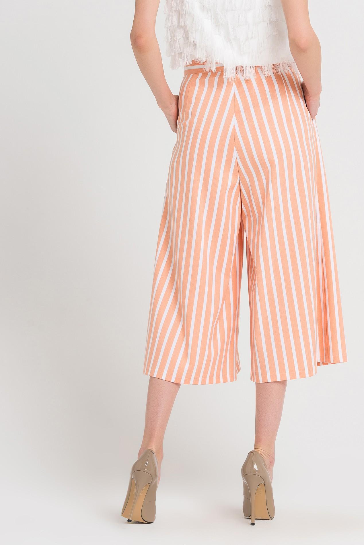 брюки весна лето 2019 года модные: кюлоты бежевые в белую полоску