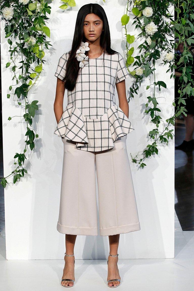 брюки весна лето 2019 года модные: кюлоты светло-серые