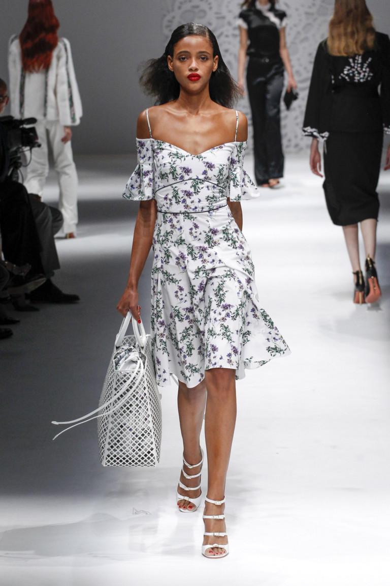 модные тенденции весна лето 2019: платье белое в цветы открытые плечи