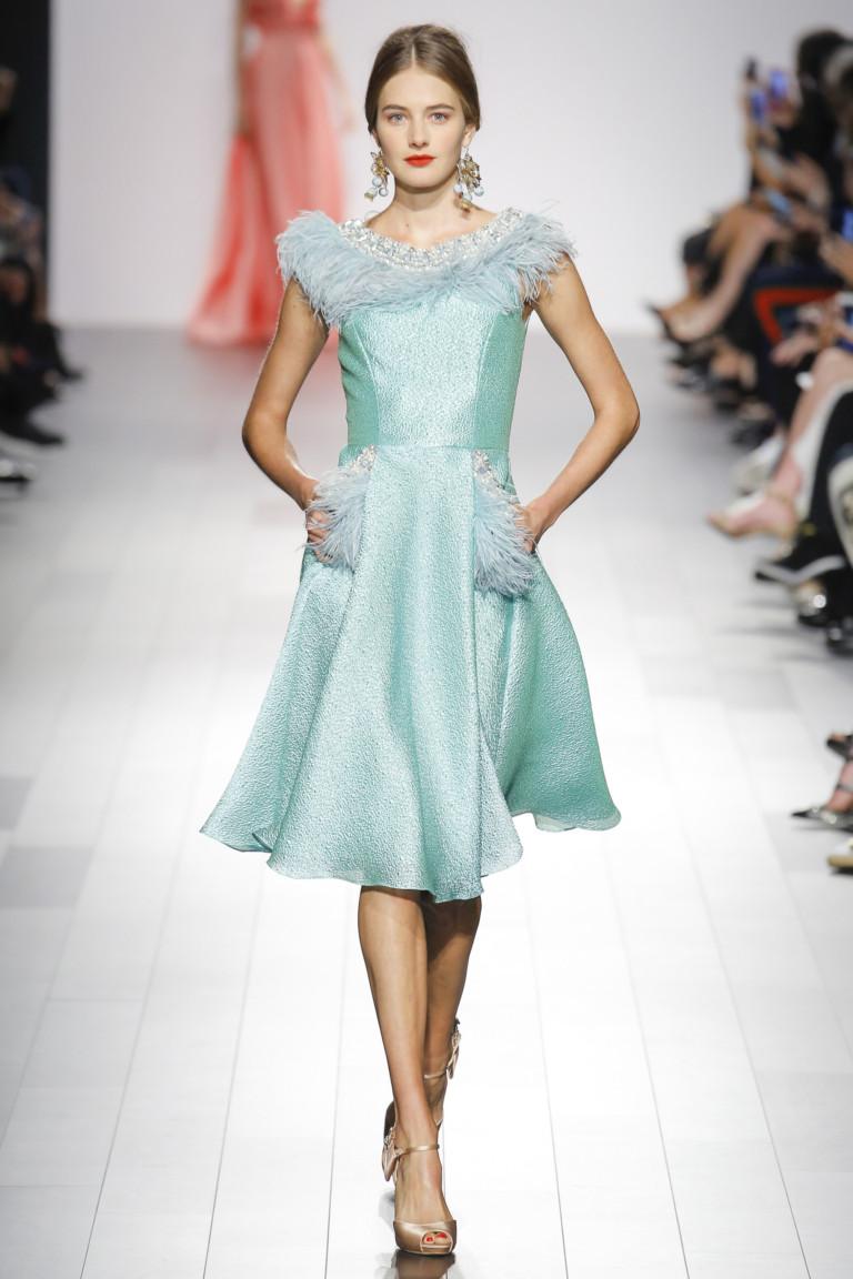 модные тенденции весна лето 2019: бирюзовое платье с карманами блестящее
