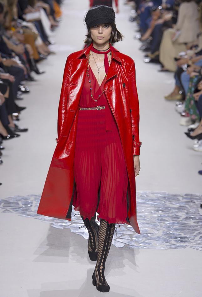 модные тенденции весна лето 2019: красное платье под красный плащ