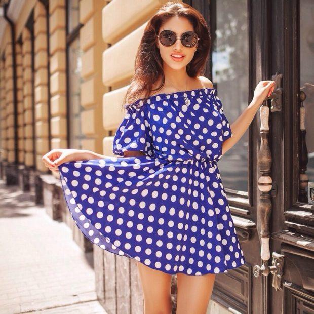 модные тенденции весна лето 2019: платье синее в белый горох открытые плечи