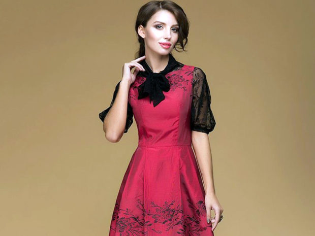 модные тенденции весна лето 2019: красное платье с ажурными рукавами