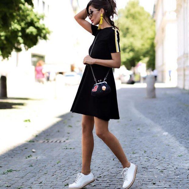 короткое черное платье под кеды