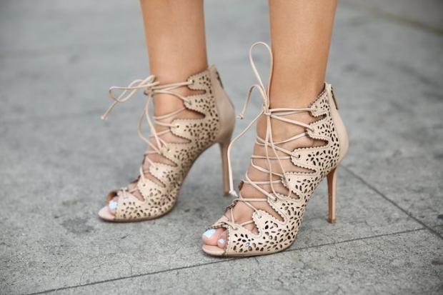 бежевые босоножки со шнуровкой