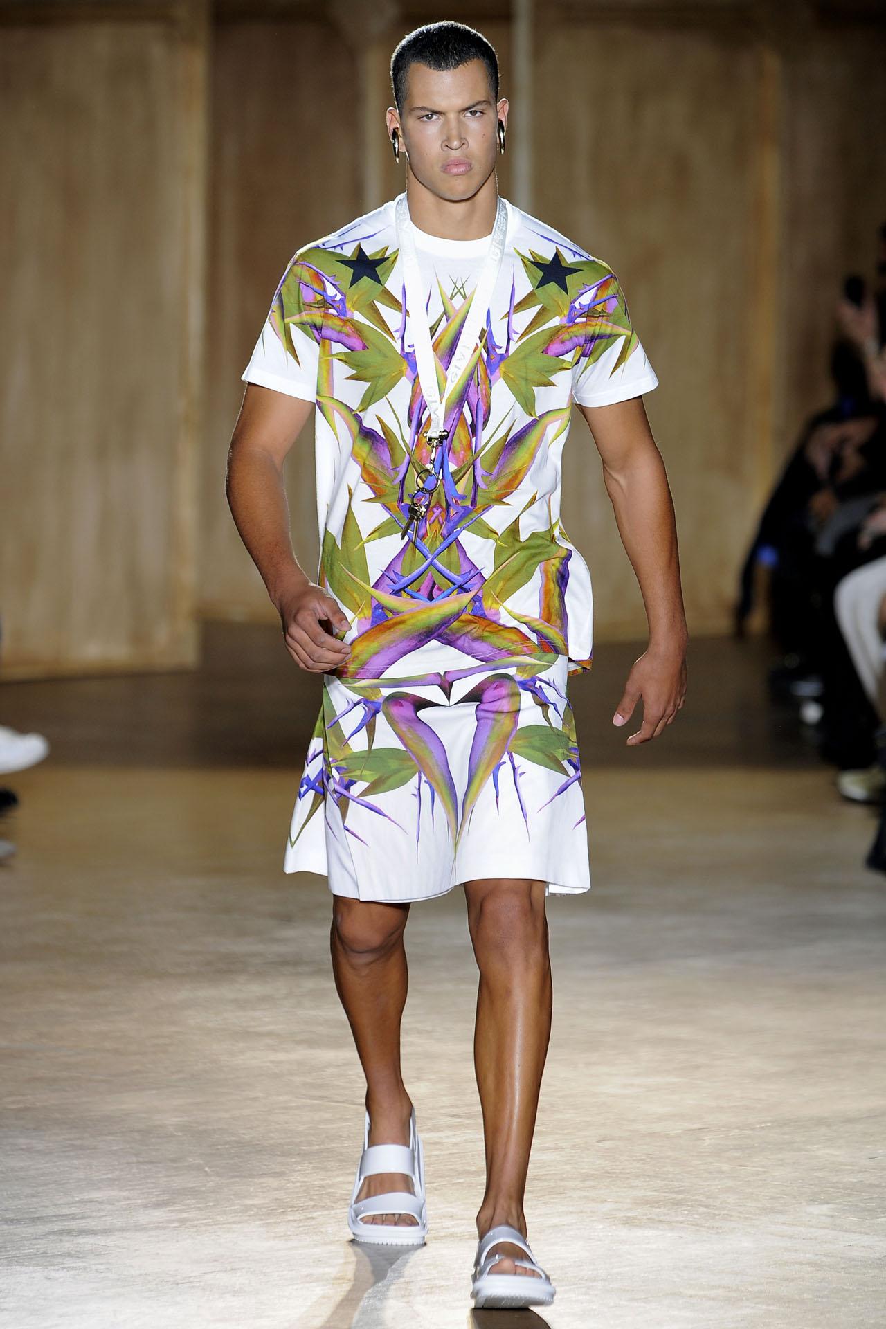 мужская мода весна 2019: костюм футболку с юбкой белые в цветные узоры