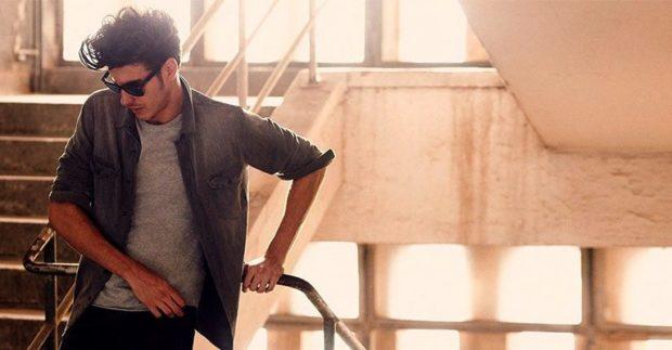 мужская мода весна 2019: серая джинсовая рубашка под серую футболку