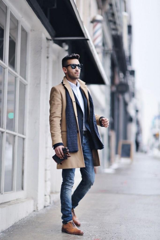 мужская мода весна 2019: бежевое пальто под джинсы