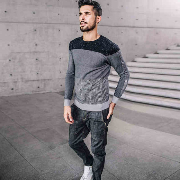 мужская мода весна 2019: серый свитер под джинсы в тон