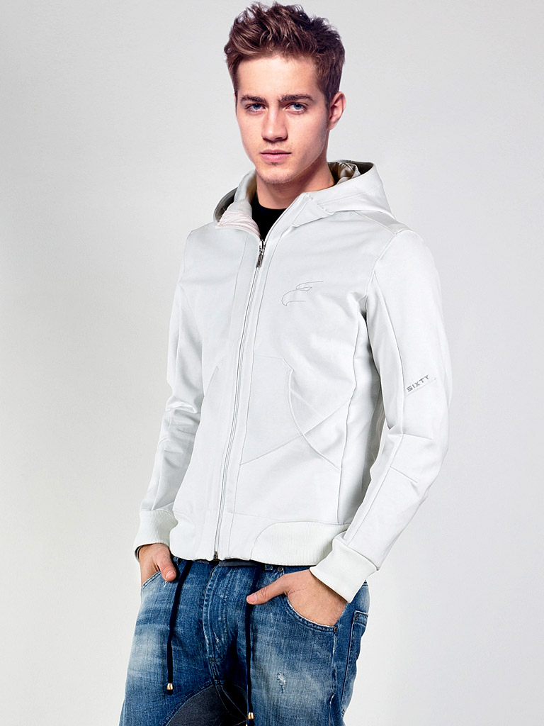 мужская мода весна 2019: белая спортивная курточка под джинсы