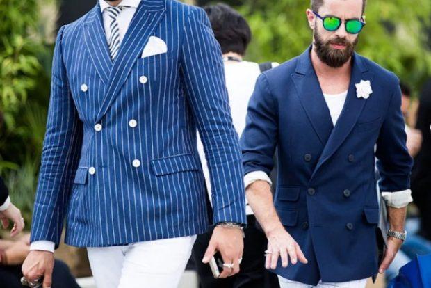 мужская мода весна 2019: синий пиджак в белую полоску под белые штаны синий пиджак