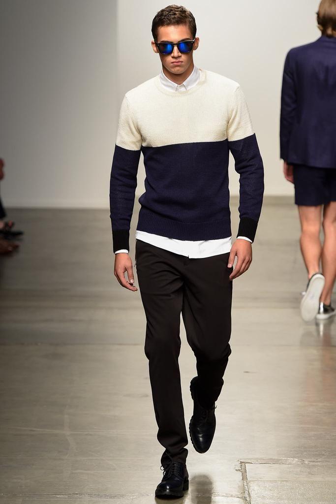 мужская мода 2019 весна лето: кофта синяя с белым под черные брюки