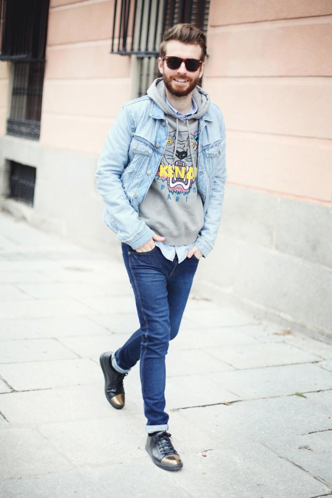 мужская мода 2019 весна лето: джинсовая куртка голубая под серую толстовку и синие джинсы