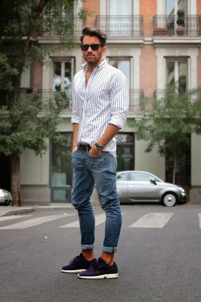 мужская мода 2019 весна лето: синие джинсы под полосатую рубашку