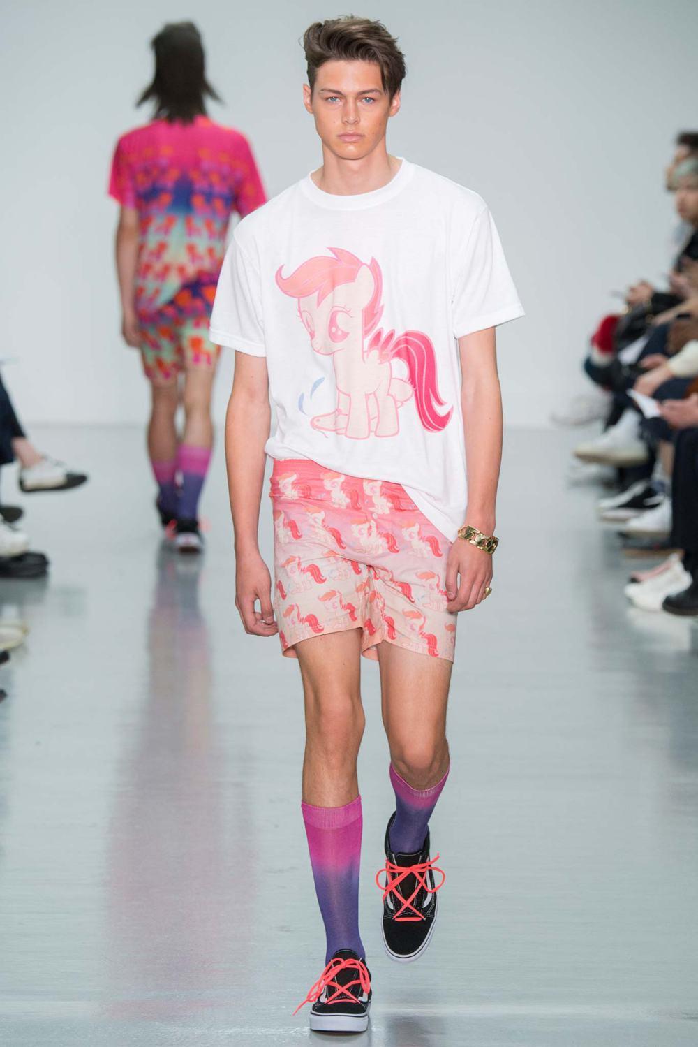 мужская мода 2019 весна лето: розовые шорты с рисунком футболка белая