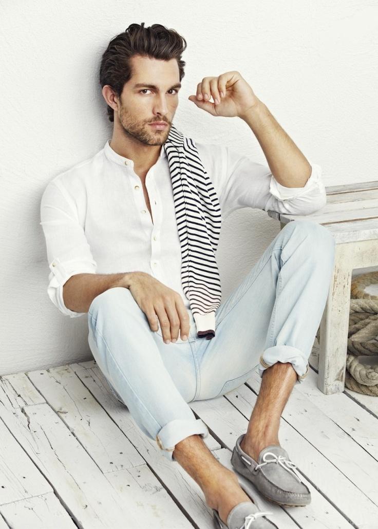мужская мода 2019 весна лето: белая рубашка под голубые джинсы серые мокасины