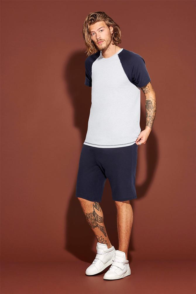 мужская мода 2019 весна лето: синие шорты под белую футболку