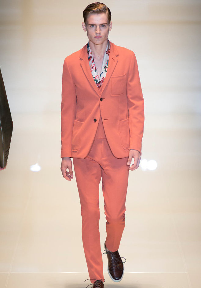 светло-оранжевый костюм брючный