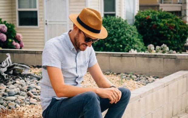 мужская мода 2019 весна лето: голубая рубашка под синие джинсы