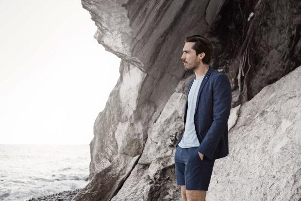 синие брючные шорты под синий пиджак