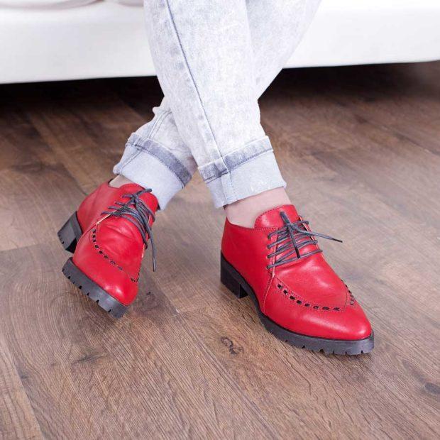 красные туфли на черной подошве