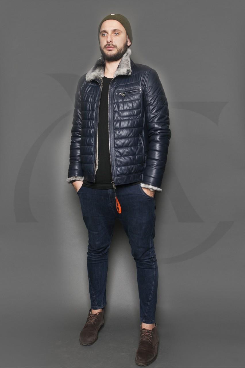 темно-синяя стеганая куртка с меховым воротом