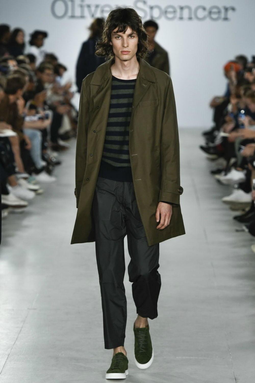 мужская мода весна 2019: зеленый плащ под короткие черные брюки