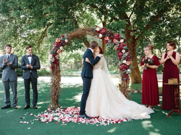 свадьба в цвете марсала летом: декор