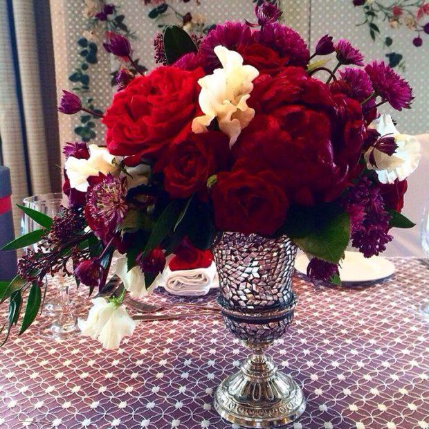 оформление свадьбы в цвете марсала: букет на стол