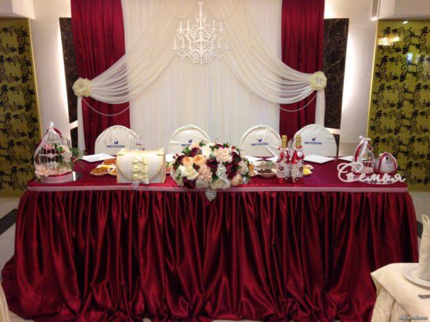 оформление свадьбы в цвете марсала: стол жениха и невесты
