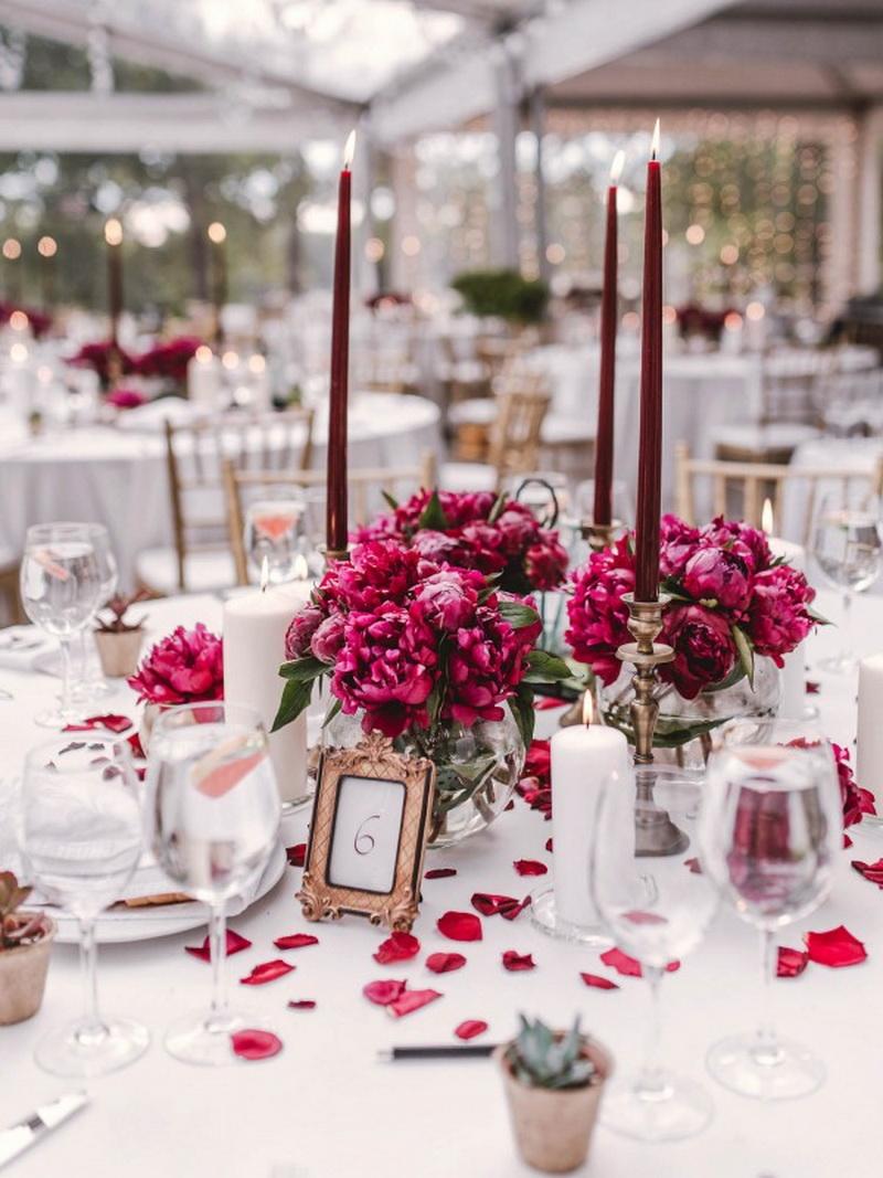 свадьба в цвете марсала: декор на столы